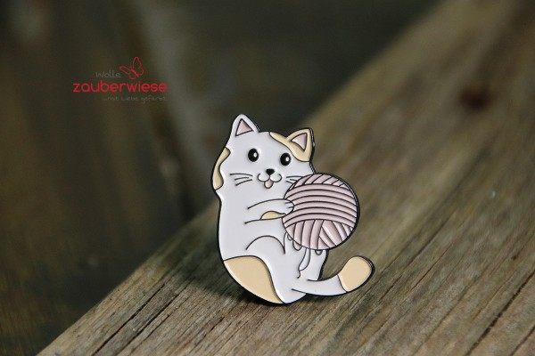 Emaille Pin Katze mit Wolle
