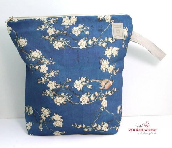 Stricktasche blaue Blüten